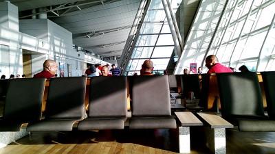 モンゴル行きの飛行機を待つラマさん