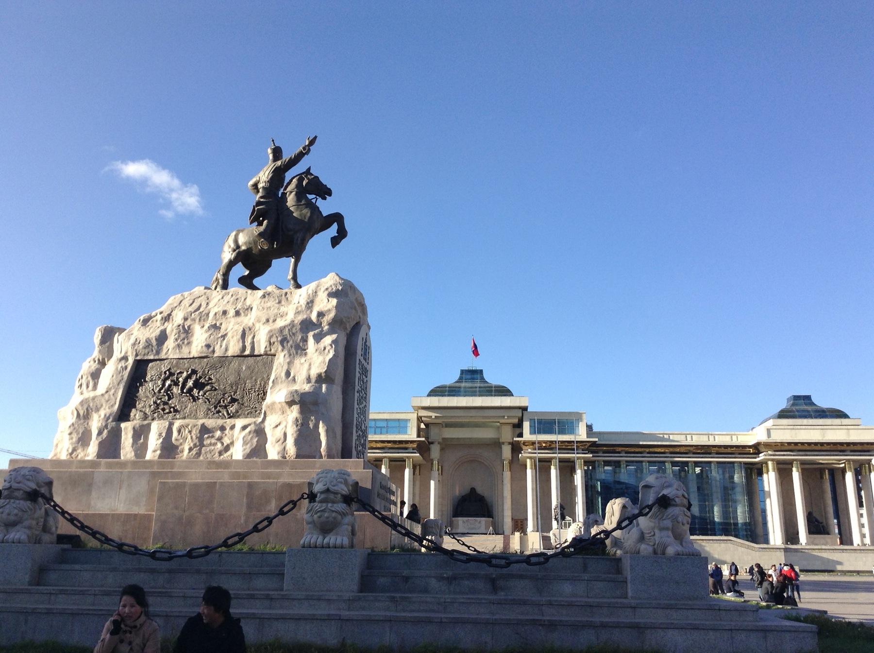 モンゴル最新情報!!スフバータル広場が7月中旬にチンギスハーン広場に改名されていた件についての裏読みと多様性について